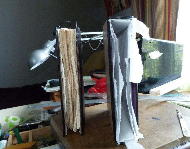 fabrication d'un étui bordé . la reliure est sortie de l'étui et le papier de soie n'est pas encore retiré