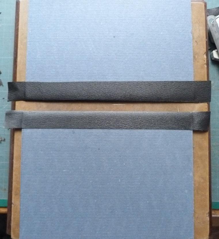 Fabrication d'un étui bordé : collage de la bordure