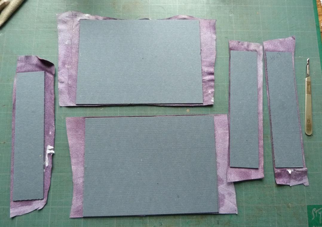Fabrication d'un étui bordé : collage de la doublure