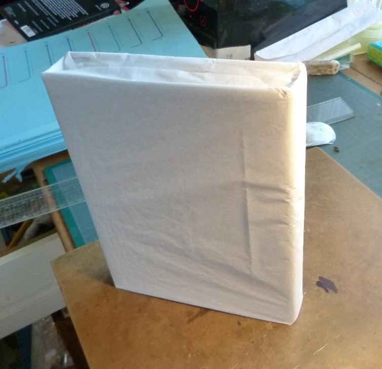 Fabrication d'un étui bordé : reliure enveloppée dans du papier de soie