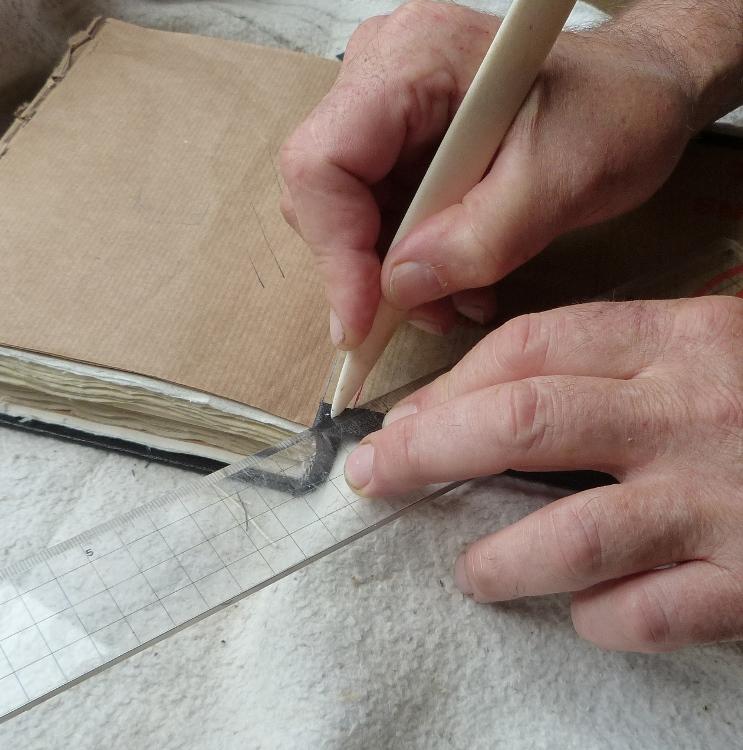 Pose d'une charnière en cuir : marquage au plioir