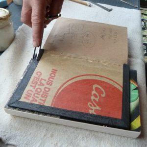 Pose d'une charnière en cuir : taille des remplis