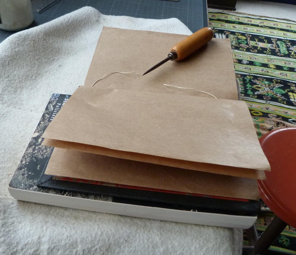 Pose d'une charnière en cuir : degagement du fil de couture de la fausse garde