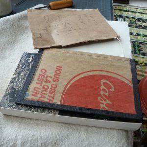 Pose d'une charnière en cuir : arrachage du cahier de fausses gardes