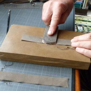 Pose d'une charnière en cuir : parure de la charnière.
