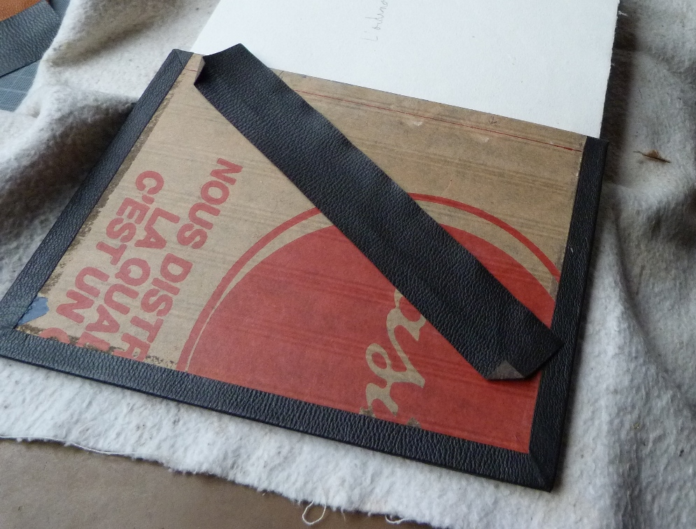 Pose d'une charnière en cuir : charnière