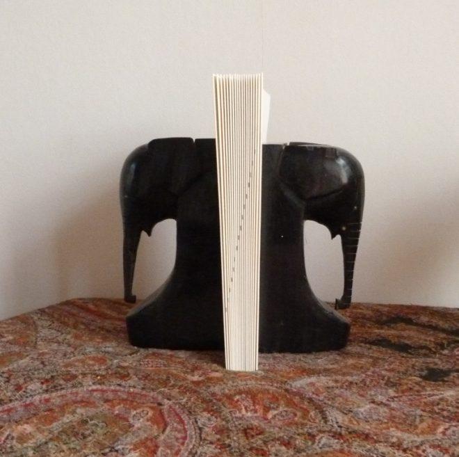 je participe : cahiers maintenus par 2 elephants en ebène