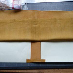 Fabrication d'une chemise, collage de la doublure.