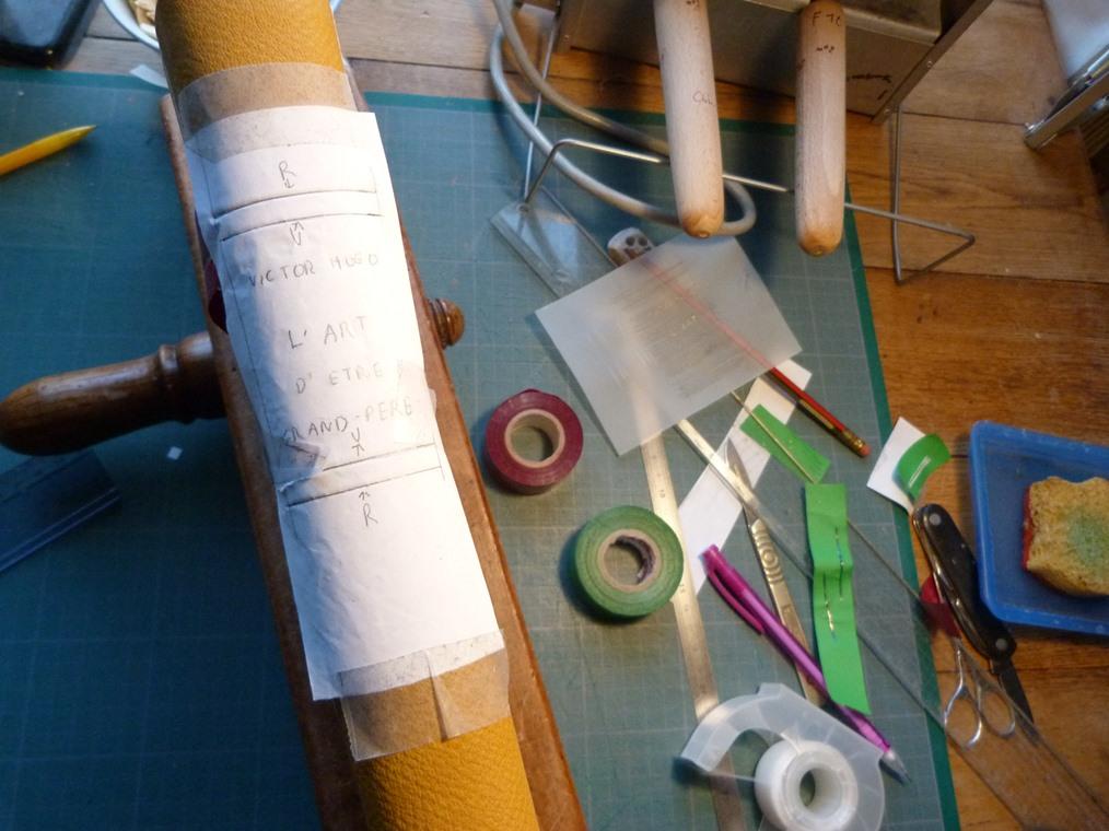 Fabrication d'une chemise, calque pour filets de couleur.