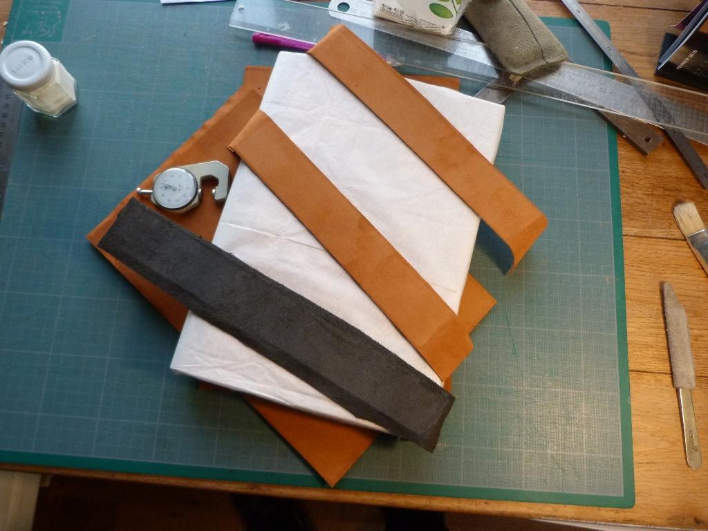 Fabrication d'une chemise, cartons de l'étui doublés