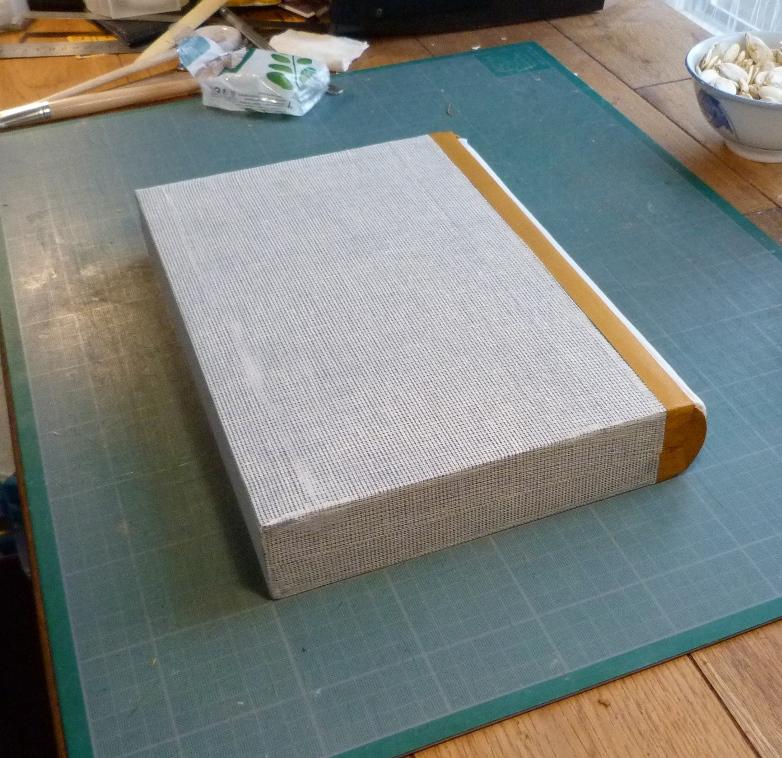 Fabrication d'une chemise, pose de la mousseline.