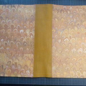 Fabrication d'une chemise, papier marbré.