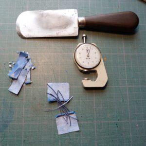 Biennale 2019-V, bandes de cuir bleues foncées pour la tranchefile.