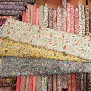 Glacis pour gares en Liberty, variétés des tissus.