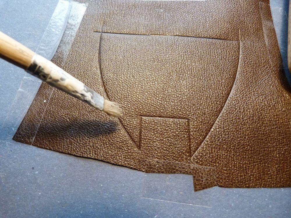 Découpe du cuir marron.