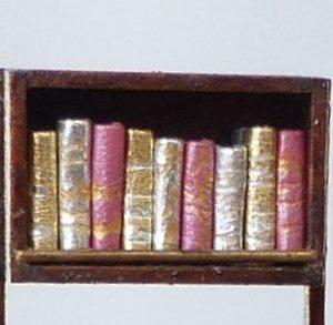 Livres roses et dorés.