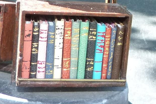 I) - Mini-bibliothèque à caissons.