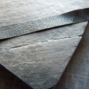 Réparation d'un plat en ardoise, collage d'une bande de cuir.