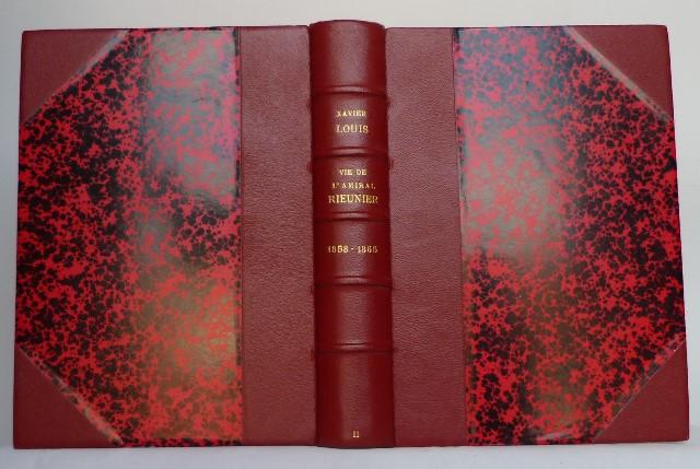 Le demi-cuir fini avec son papier Anonnay rouge.