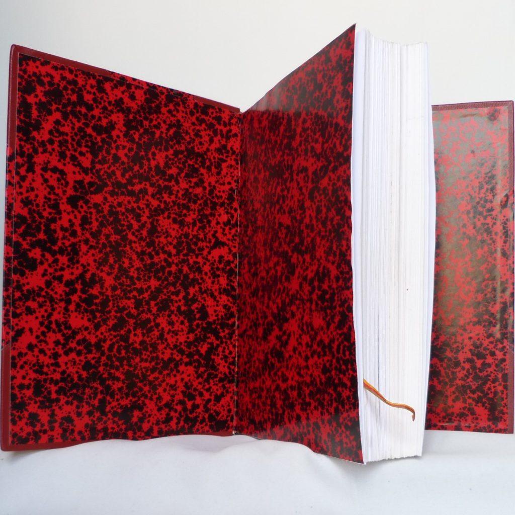 Le demi-cuir fini, gardes en papier Anonnay rouge.