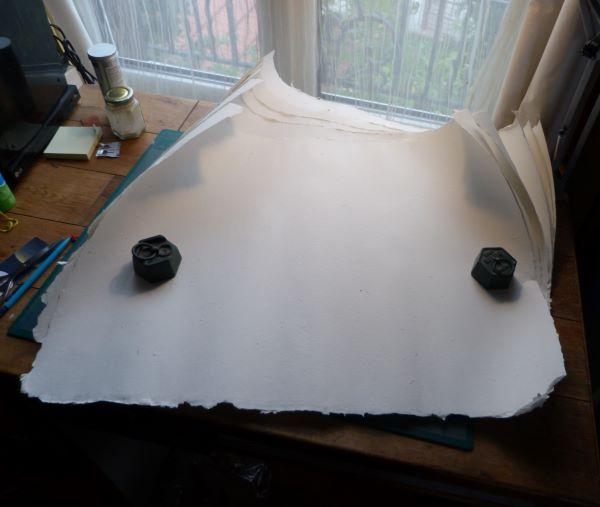 Papier fait en lin et teinté d'ardoise.
